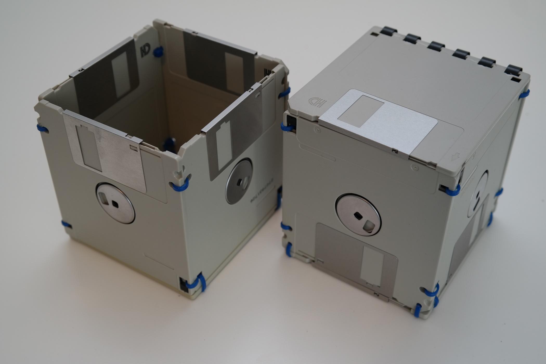 Stifthalter und Box mit Deckel aus Disketten - Beige mit blauen Akzenten