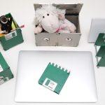 Grünes Schreibtischset aus Disketten