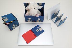 Schreibtischset aus Disketten - kleine Box, große Box, Block und Briefsortierer in Blau