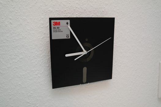 8-Zoll Diskette als Wanduhr