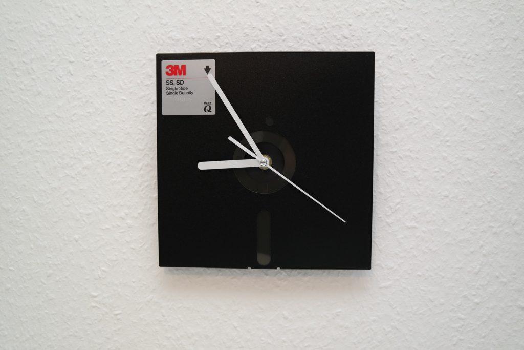 Uhr, schwarze 8-Zoll Diskette mit weißen Zeigern