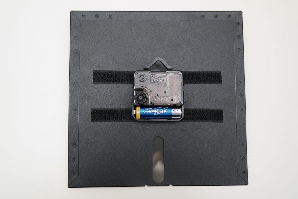 Uhrwerk mit Klettstreifen auf Rückseite der 8-Zoll Diskette befestigt.