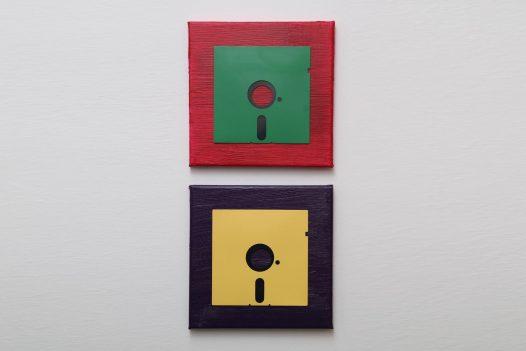 Zweiteiliges 5,25-Zoll Disketten-Kunstwerk in Rot, Grün, Lila und Gelb
