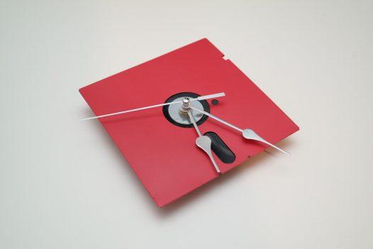 5,25-Zoll Disketten-Wanduhr in Rot/Silber