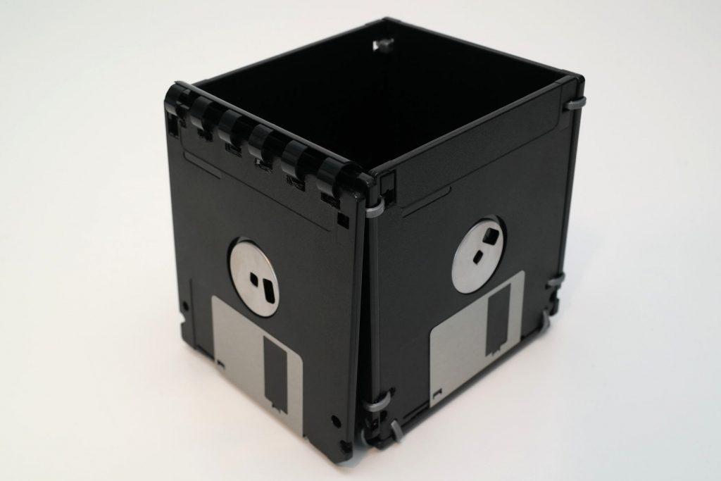 Aufbewahrungsbox, gebaut aus 3,5-Zoll Floppy-Disks, offen
