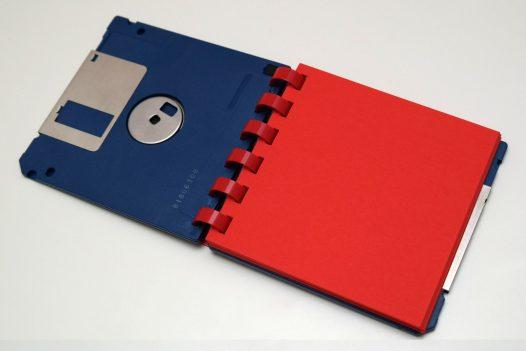 Blauer 3 ½ Zoll Disketten Notizblock mit roten Einlegeblättern