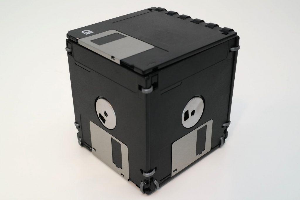 Box mit Deckel, handgefertigt aus Disketten, geschlossen