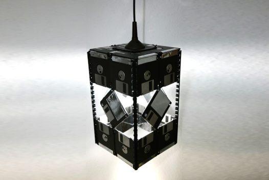 Deckenlampe / Pendelleuchte aus 26 3,5-Zoll Disketten, Schwarz