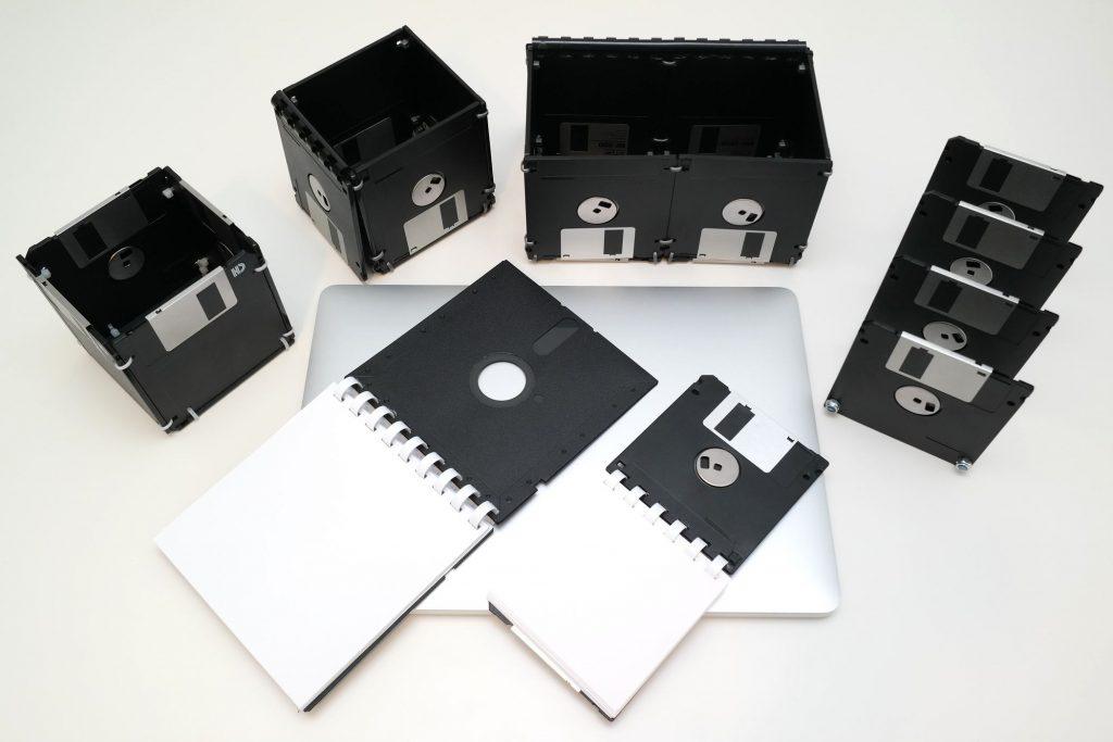Disketten-Schreibtischset mit geöffneten Deckeln und Notizblöcken