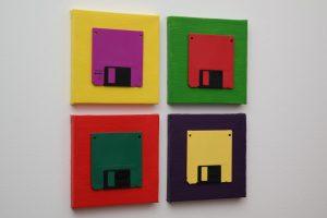 Disketten, Violett, Rot, Grün und Gelb auf farbigen Leinwänden