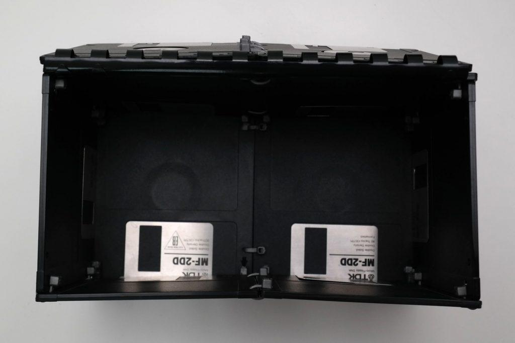 Box aus 3,5-Zoll-Disketten, Ansicht von oben, geöffnet
