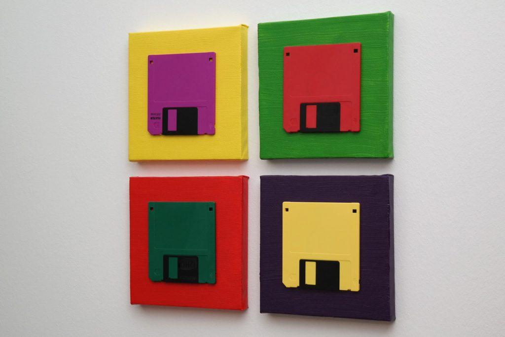 Farbenfrohes Arrangement aus vier 3 ½ Zoll Disketten