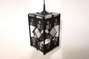 Filigrane E27 Disketten-Lampe mit reflektierenden Etiketten