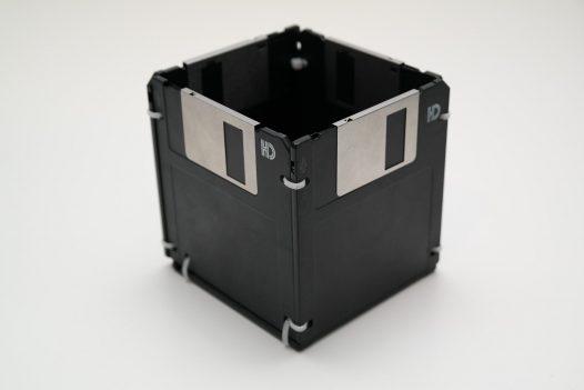 Floppy Disk Stifthalter in Schwarz/Weiss/Silber