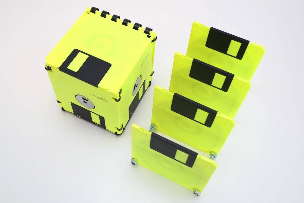 Gelbe Disketten-Box mit Deckel, geschlossen und Briefsortierer
