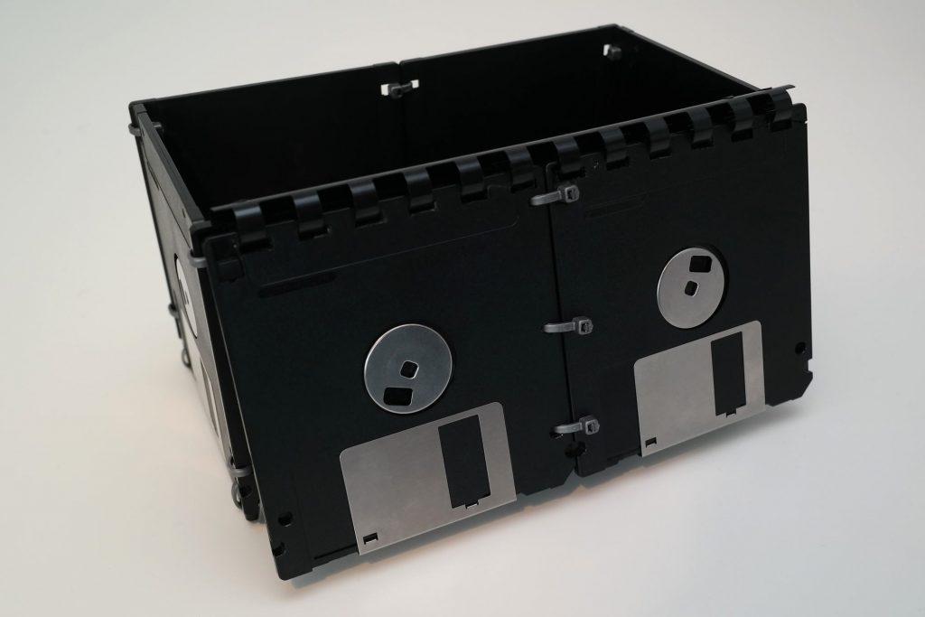 Große Box aus Disketten, Ansicht von hinten, geöffnet