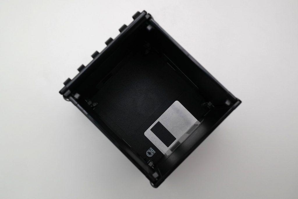Innenansicht der kleinen Schreibtisch-Box aus Disketten