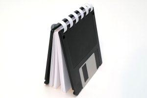 Kleines Floppy-Disk-Ringbuch, aufgestellt