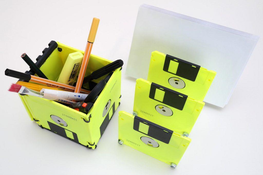 Neon Floppy Box als Stifthalter / Briefsortierer