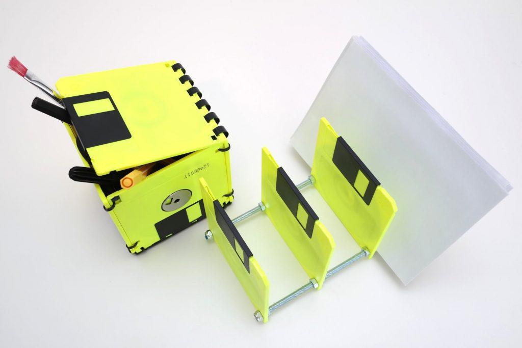 Neongelbes Tischkunstwerk aus 3 ½ Zoll Disketten in Gelb