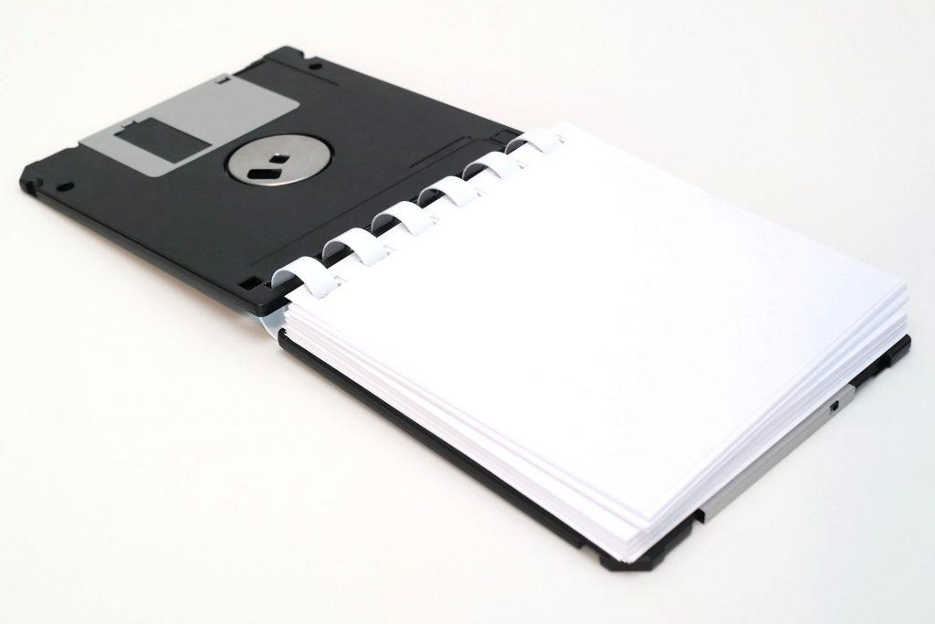 Notizblock aus 3 ½ Zoll Disketten, Deckblatt aufgeklappt