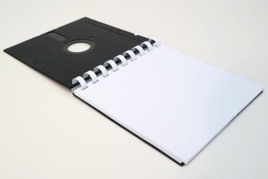 Notizblock aus 5 ¼ Zoll Disketten, Deckblatt aufgeklappt