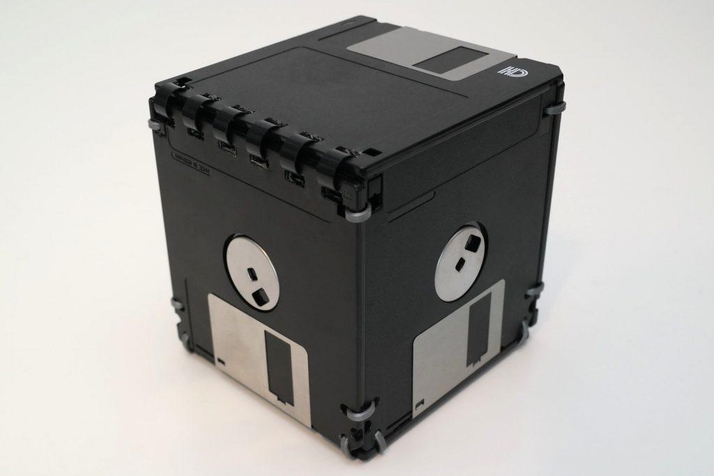 Rückseite der Disketten-Box mit Ringbindung als Deckel-Mechanismus