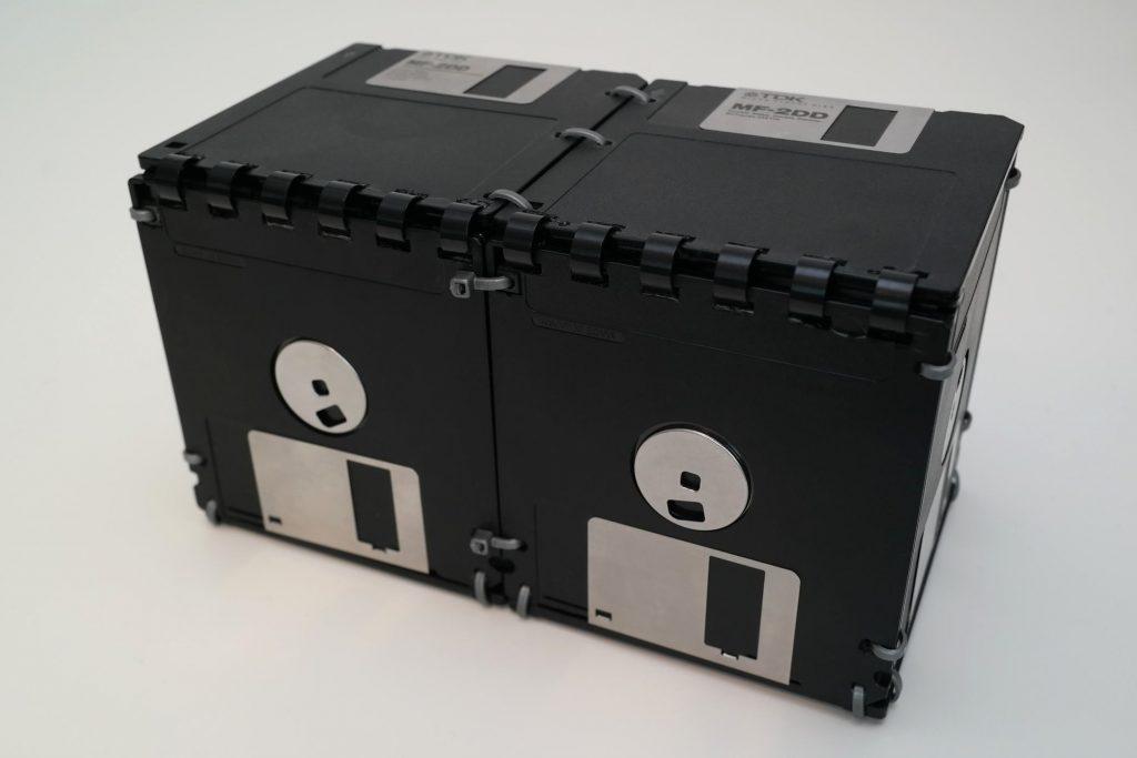 Rückseite der großen Floppy-Disk-Box mit Ringbindung als Deckel-Mechanismus