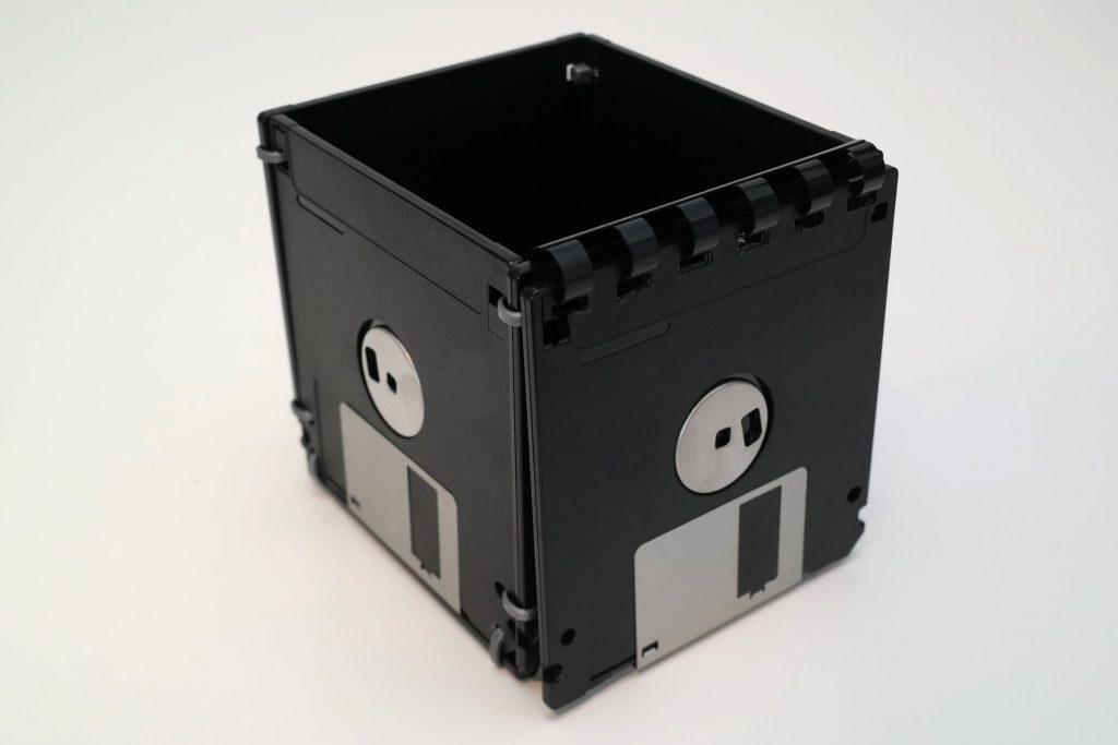 Schreibtisch-Box aus Disketten mit geöffnetem Deckel