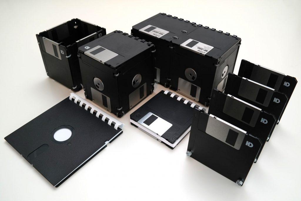 Set: Schreibtisch-Kunstwerke aus Disketten (zugeklappt/geschlossen)
