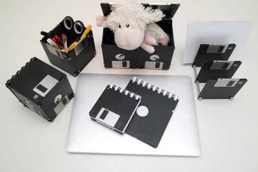 Schreibtisch-Set aus Disketten mit Dekoration