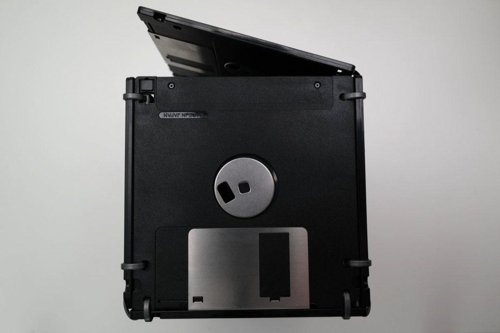 Seitenansicht der großen 3,5-Zoll Floppy-Disk Disketten-Box